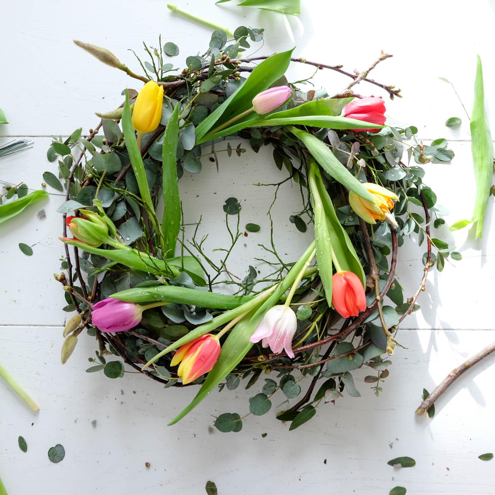 Spring Wreath Mukena Bouquet Daarna Knipte Ik De Tulpen Op Zon 15 Centimeter Onder Bloem Af En Stak Ze Gelijke Afstand Van Elkaar In Krans Ook Tulpjes Zette Net