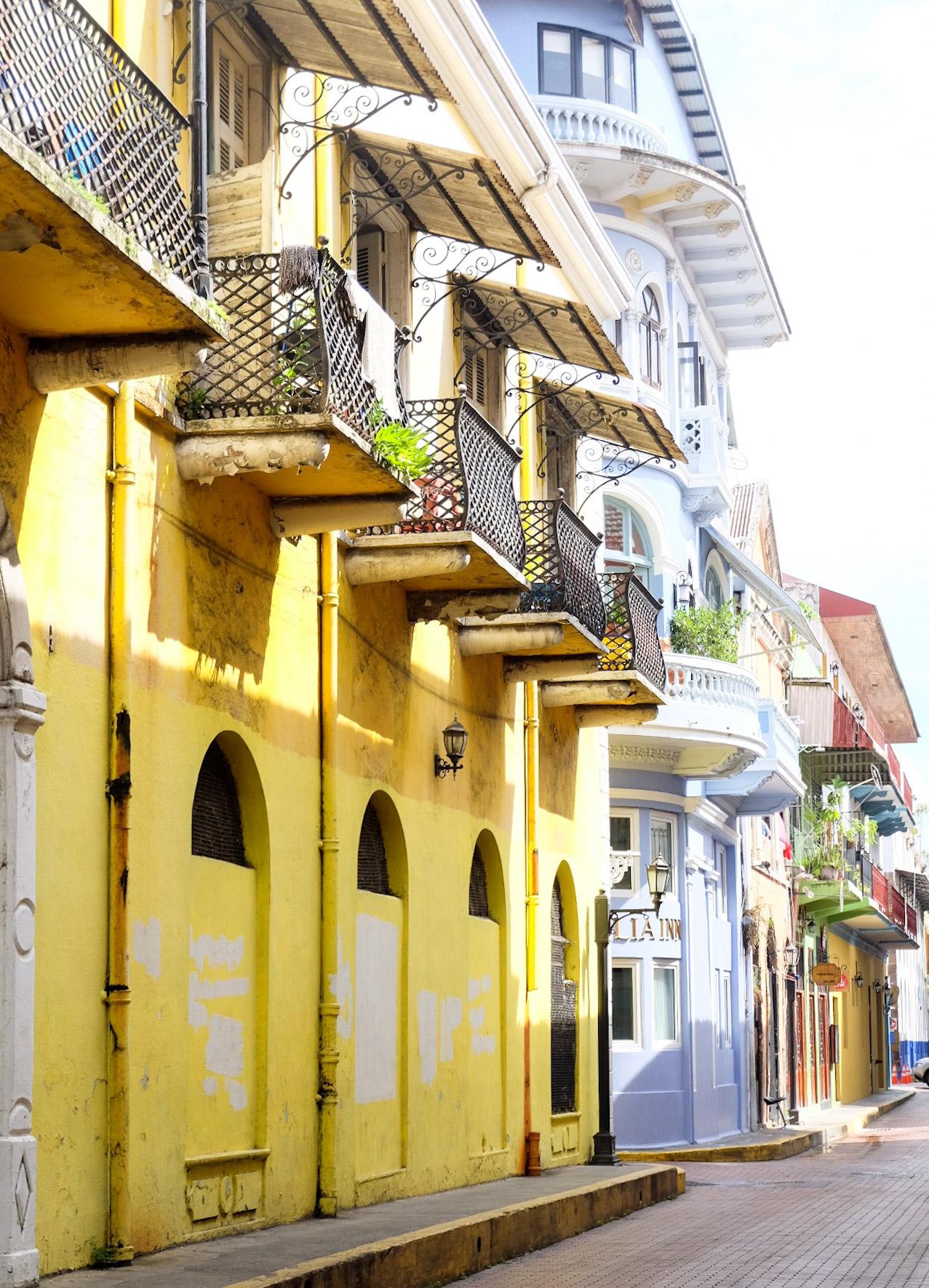 7f8f1fd3825a9 We struinden door de meest kleurrijke straten van Casco Viejo waar ik maar  geen genoeg kon krijgen van als die fleurig en kleurig gerestaureerde  koloniale ...